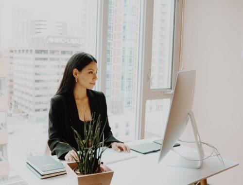 Žena u uredu