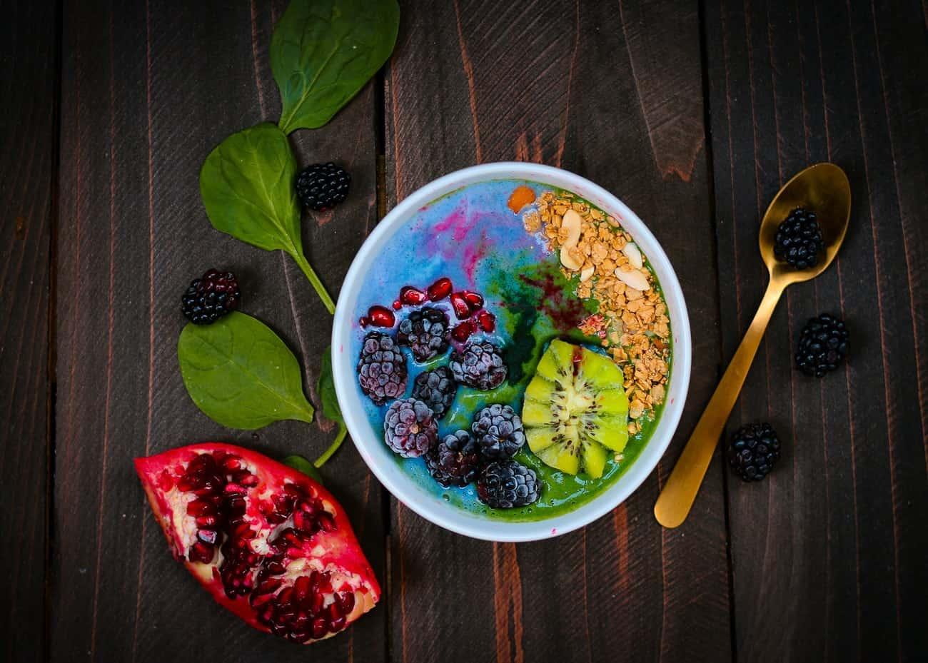 Zdjela sa žitaricama i voćem