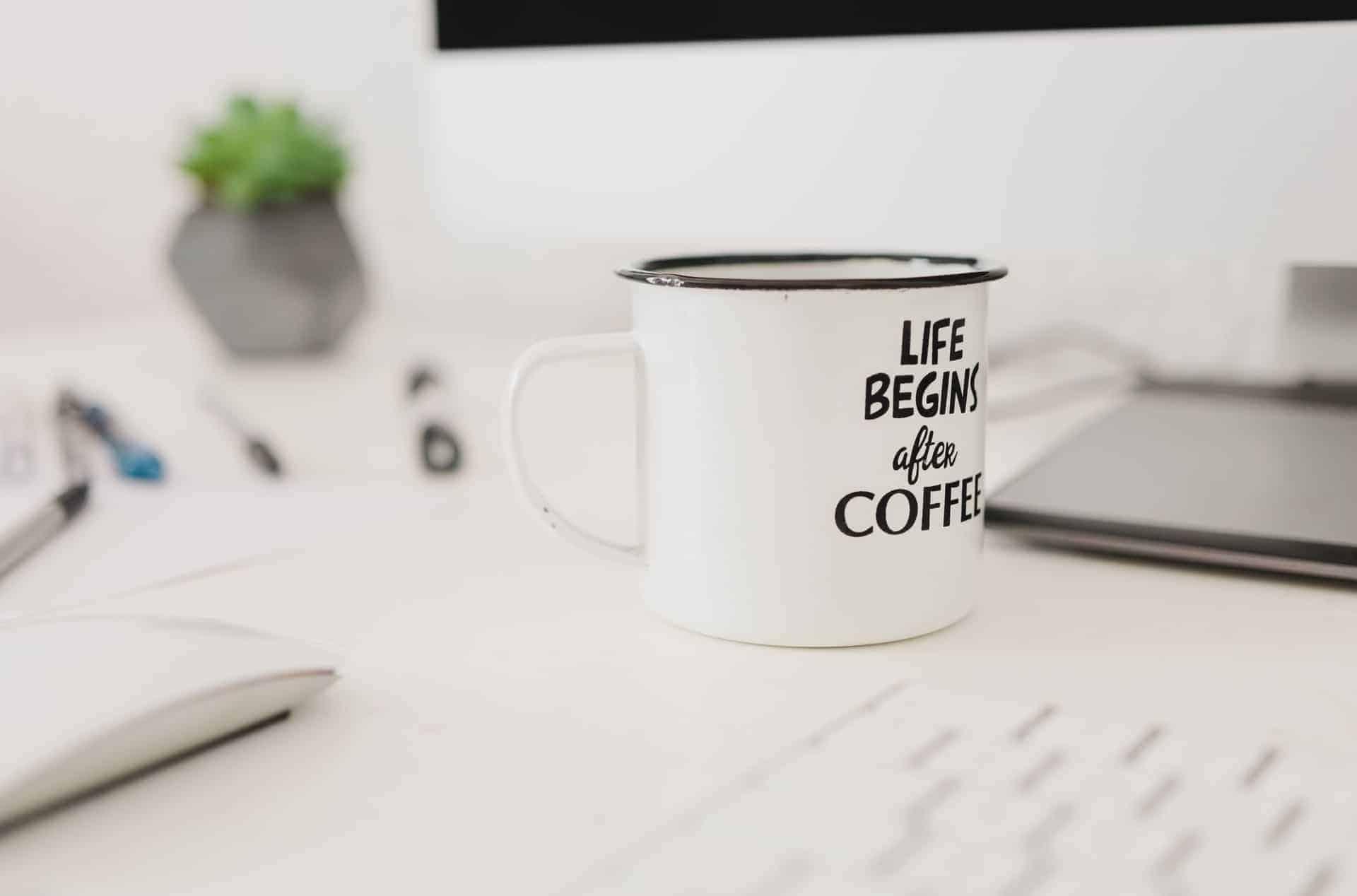 Šalica na uredskom stolu -Life begins after coffee