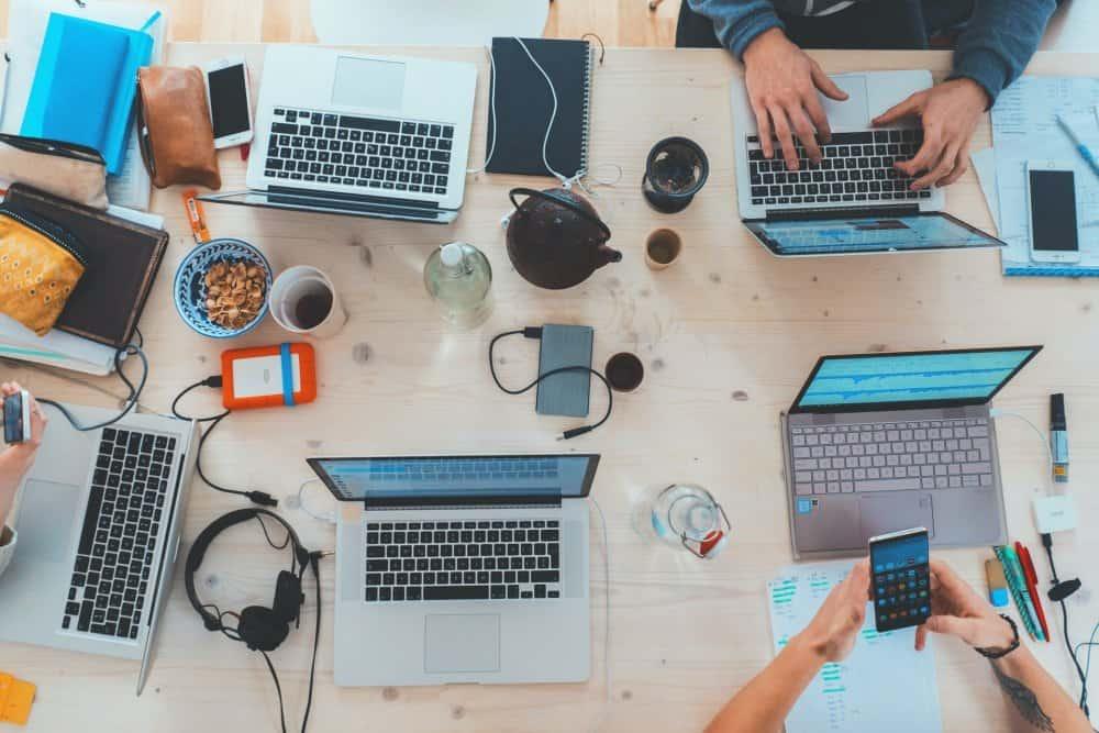ljudi sjede oko stola u u uredu