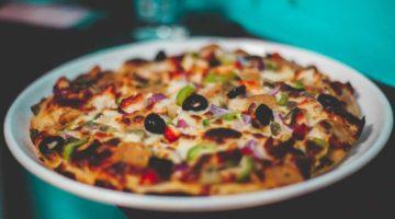 Pizza od cvjetače na tanjuru