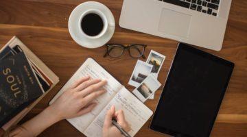 žena piše u bilježnicu