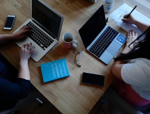 Dvije žene na laptopu