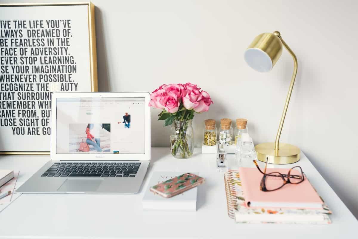 Kućni ured - stol na kojem su laptop i knjige