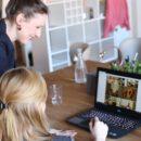 sastanak dvije žene s laptopom