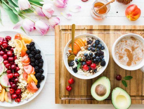 Zdjelice žitarica s voćem i ružičasti tulipani
