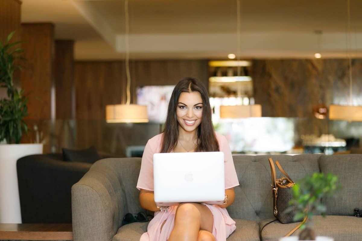 Žena u rozoj haljini s laptopom