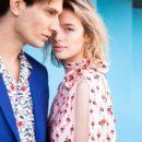 Zena u šarenoj haljini i muškarac u šarenoj košulji i plavom sakou