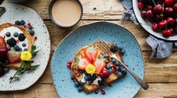 Ideje za doručak - tost s voćem, bobičasto voće u zdjeli