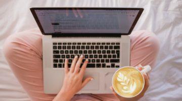 Žena u ružičastim hlačama s laptopom