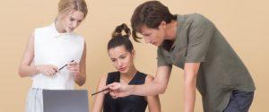 Dvije žene i muškarac pored laptopa