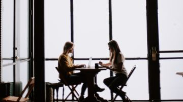 Dvije žene pričaju za stolom