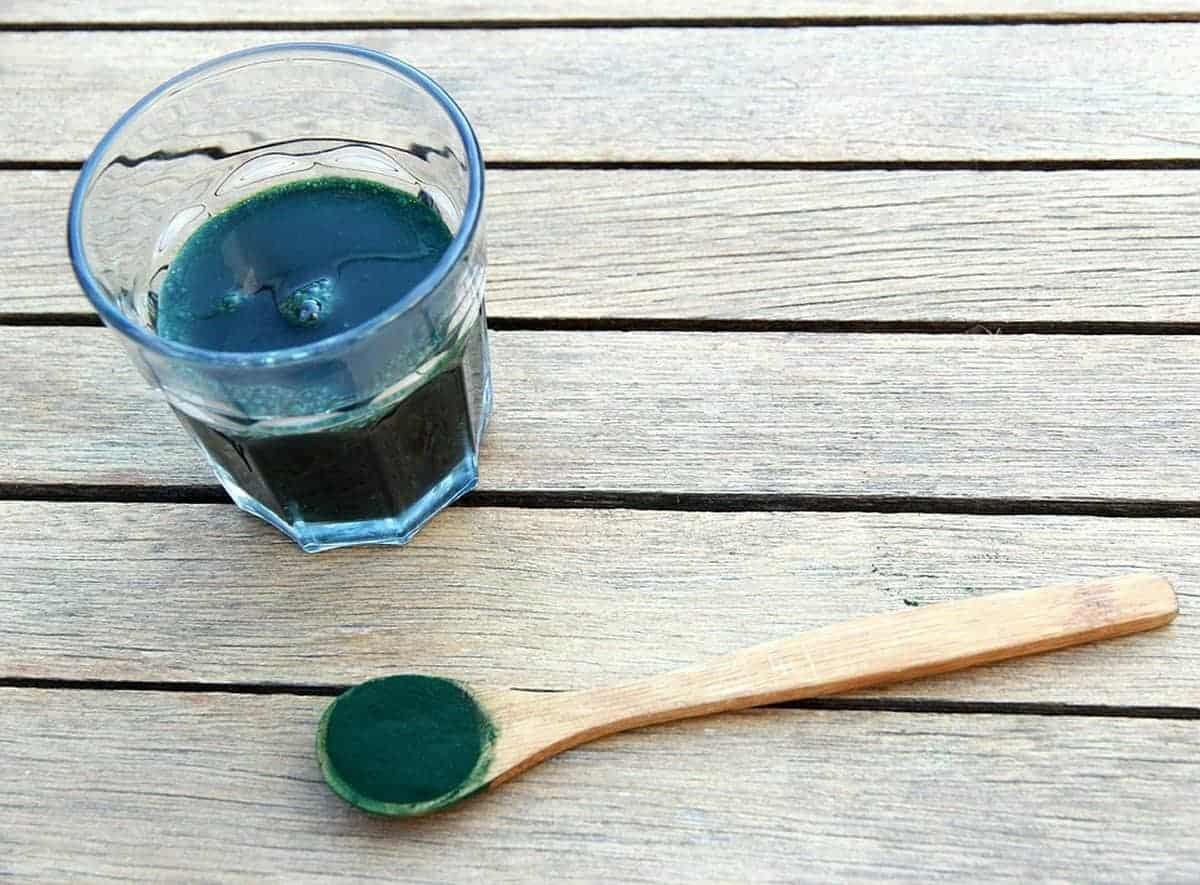 spirulina na žlici i u čaši