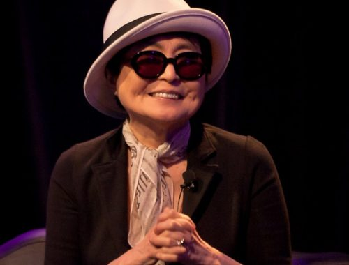Yoko Ono sa šeširom