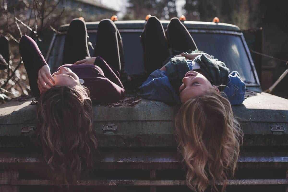 Dvije žene na autu