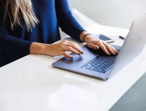 Žena tipka na laptopu
