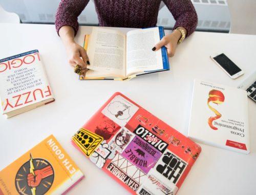žena u uredu s knjigama
