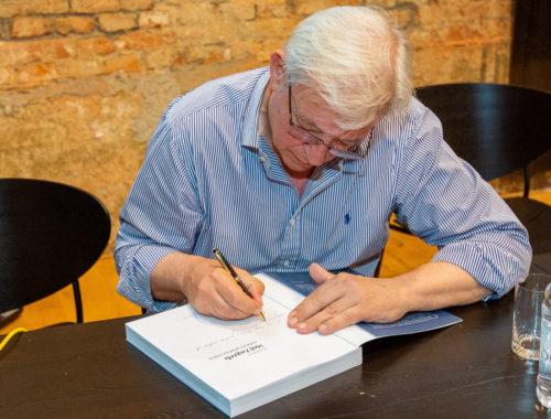 Autor-potpisuje- knjigu-Moj Zagreb- najljepši-grad- na- svijetu