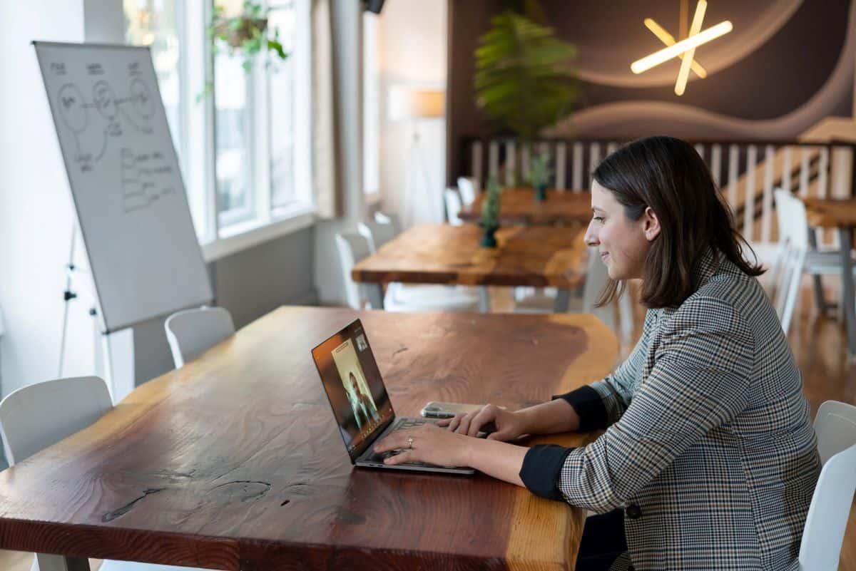 Žena obavlja video poziv na laptopu