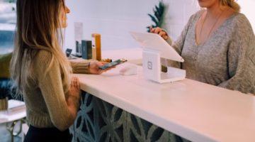 dvije-zene-s-tabletom-priprema-za-razgovor-za-posao-u-prodaji