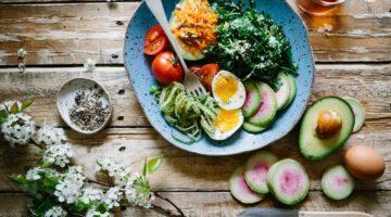 tanjur-za-rucak-blitva-avokado-jaje-rajcica