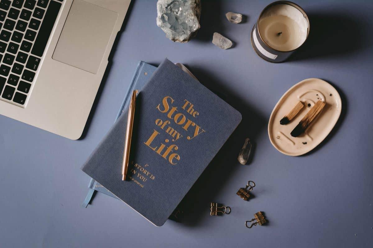 The story of my life bilježnica, laptop i cvijeće