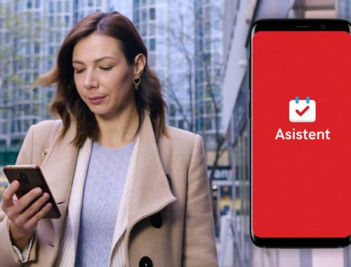 Žena s mobitelom i aplikacijom Asistent