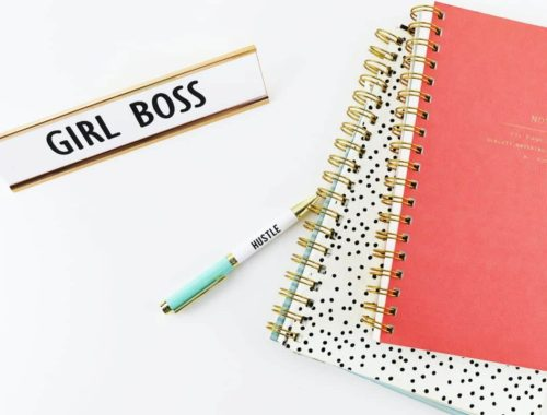 Girl Boss natpis i bilježnice, kako unaprijediti i razvijat liderske vještine