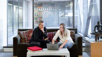 Žena i muškarac u uredu pregovaraju o povišici
