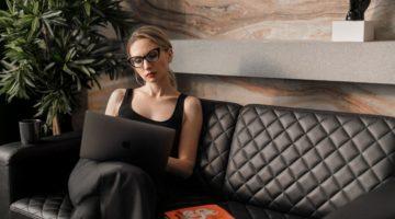 Žena na laptopu