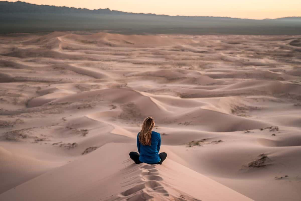 Žena u pustinji