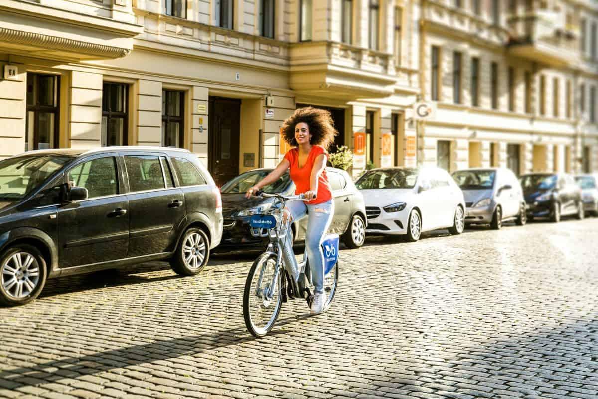 Žena biciklira po gradu