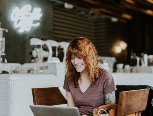 žena u kafiću na laptopu